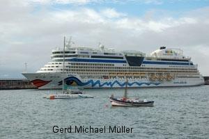 Das Kreuzfahrtschiff AIDA ankert im Hafen von Funchal. The Mega-cruislliner AIDA ankering in the harbour of Funchal on holiday Island Madeira
