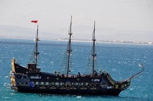 Ein historischer Schoner kreuzt vor der Burg von Hamamet auf. A old sailing-boat is cruising in front of the castle in the medina of Hamamet