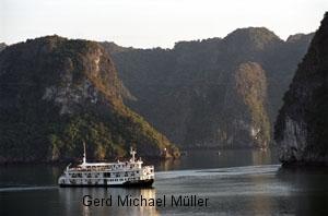 Spectacular views from the Emeraud-Cruise-Ship in the world heritage Halong Bay. Schöne Aussichten auf die spektakuläre Landschaft des Weltkulturerbes Halong BAy