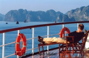 Herrlicher Anblick der Felsnadeln und Inseln in der Halong Bay. Beautifull scenery in Halong Bay from a historic steamboat-cruise-ship