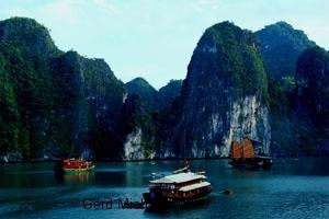 Schifffahrt, Halong Bay, Massage an Bord, Spa, Wellness, UNESCO Weltkulturerbe, Boote, Emeraud-Schiff, Dschunken, Meer, Kalksteinfelsen, Schifffahrt, Ausflug, Meer,