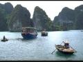 Cruises: Tourist Boats and Traders in Halong Bay. Begegnung mit Händlern auf Schiffsreise durch die Halong Bay