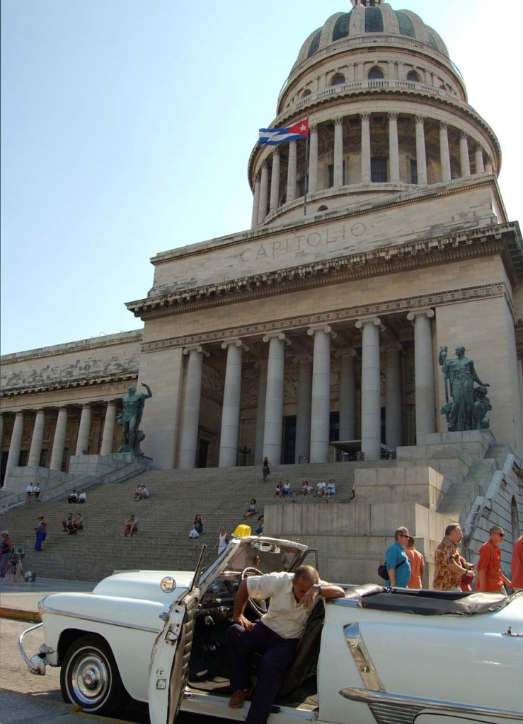 Cuba: Oldtimer in front ofg the Capitolio in Havanna: Kuba/Havanna: Oltimer vor dem Capitolio, Kubas Regierungssitz in Havanna.