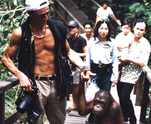 Fotojournalist Gerd Müller's Spaziergang mit einem Orang Utan in Borneo.