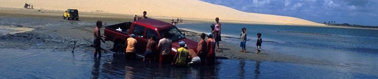 Abenteuer Brasilien: Mit dem Pick-up Car im Fluss steckengeblieben. Fischer helfen das Auto zu bergen