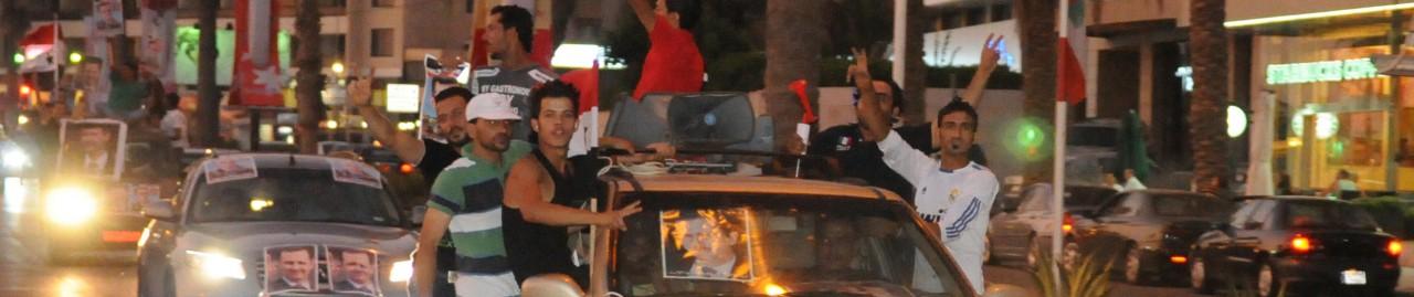 Libanon: Assad-Anhänger in Beirut fahren auf den Autos dem Cornichon entlang.