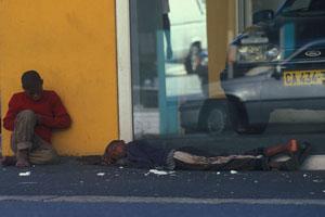 Schwarze Strassenkinder in Kapstadt auf der Strasse schlafend. Black streetkids in Cape Town.
