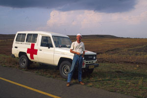 Fotojournalist Gerd Müller begleitet einen Rot Kreuz Südafrika Einsatz im Bürgerkrieg. Red Cross South Africa blessed employee and car during the civil war of IFP and ANC.