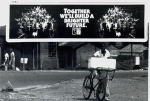"""Soweto: Zynisches Plakat mit dem Spruch """"Zusammen bauen wir eine bessere Zukunft"""" im Township Soweto während der Apartheid."""