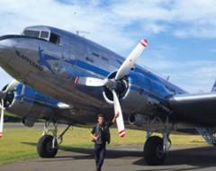 Der Zürcher Fotojournalist Gerd Müller vor der DC3 der SAA Historic Flights, die ihm Südafrika's Küste aus der Vogelschau näher bringt
