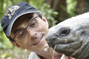Der Zürcher Fotojournalist Gerd Müller im Haller Park mit einer Riesenschildkröte. Swiss Photojournalist Gerd Müller seen together with