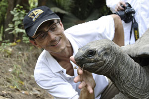 Der Zürcher Fotojournalist Gerd Müller im Haller Park mit einer Riesenschildkröte. Swiss Photojournalist Gerd Müller seen together with a giant tortuga in Haller Park in Mombassa