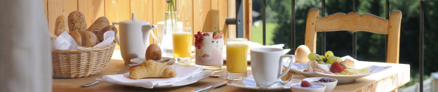 Balkon-Frühstück auf dem Balkon des DAS KRONTHALER Hotel in Achenkirch | Breakfast on the balcony of THE KRONTHALER Hotel in Achenkirch. © GMC/Gerd Müller
