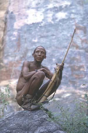 HF Botswana: Buschman-Jäger vor Felszeichnungen | Botswana: Bushmen-hunter in front of stone-paintings. © GMC Photopress, Gerd Müller, gmc1@gmx.ch