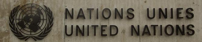 Headerbild: Das UNO-Emblem am Haupteingang des Palais des nations der UNO in Genf | The UN-Emblem at the main entrance of the UN Palais des nations in Genva