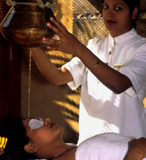 "Ayurveda-Behandlung im ""weltbesten SPA 2002"" im Oberoi Hotel Mauritius. World best spa 2002: Ayurvedic treatment (shirodara) in the Oberoi Hotel, Turtle Bay, Mauritius. © GMC Photopress, Gerd Müller, gmc1@gmx.ch"