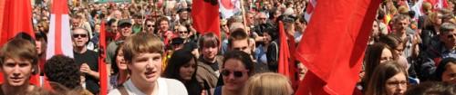 Headerbild Gewerkschaften: An der 1. Mai-Kundgebung in Zürich versammelten sich Tausende von Menschen auf dem Bürkliplatz