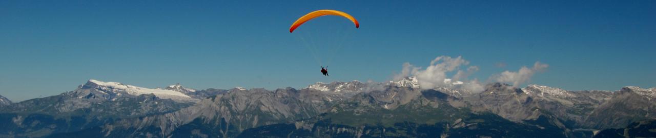 Headerbild Gleitschirm-Tandem-Flug von Vercorin aus durchs Unterwallis mit Blick auf die Viertausender und das Unterwallis; Paragliding in the Valley of Valais from Vercorin with a beautifull view over the mountains in the swiss alps