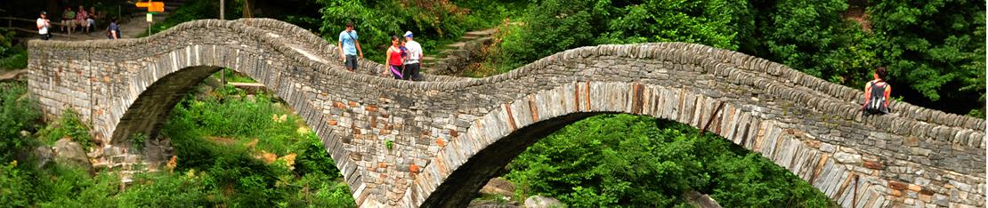 Headerbild Steinbrücke Verzasca-Tal, Ticino, Schweiz