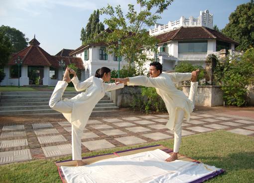Yoga-Lehrer im Kalari Kovilakom Ayurvedic Healing Palast in Kerala. Yoga teachers practising at the Kalari Kovilakom Ayurvedic Healing Palace in Kerala.
