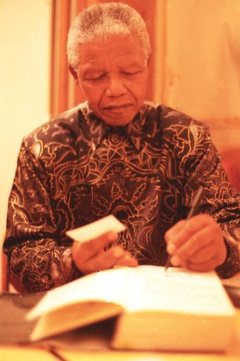 Staatspräsident & Friedensnobelpreisträger Nelson Mandela signiert sein Buch im Dolder. © GMC Photopress, Gerd Müller, gmc1@gmx.ch