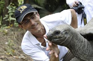 Des Zürcher Fotojournalist und GMC Photopress Agenturleiter Gerd Müller mit Riesenschildkröte im Haller Park.