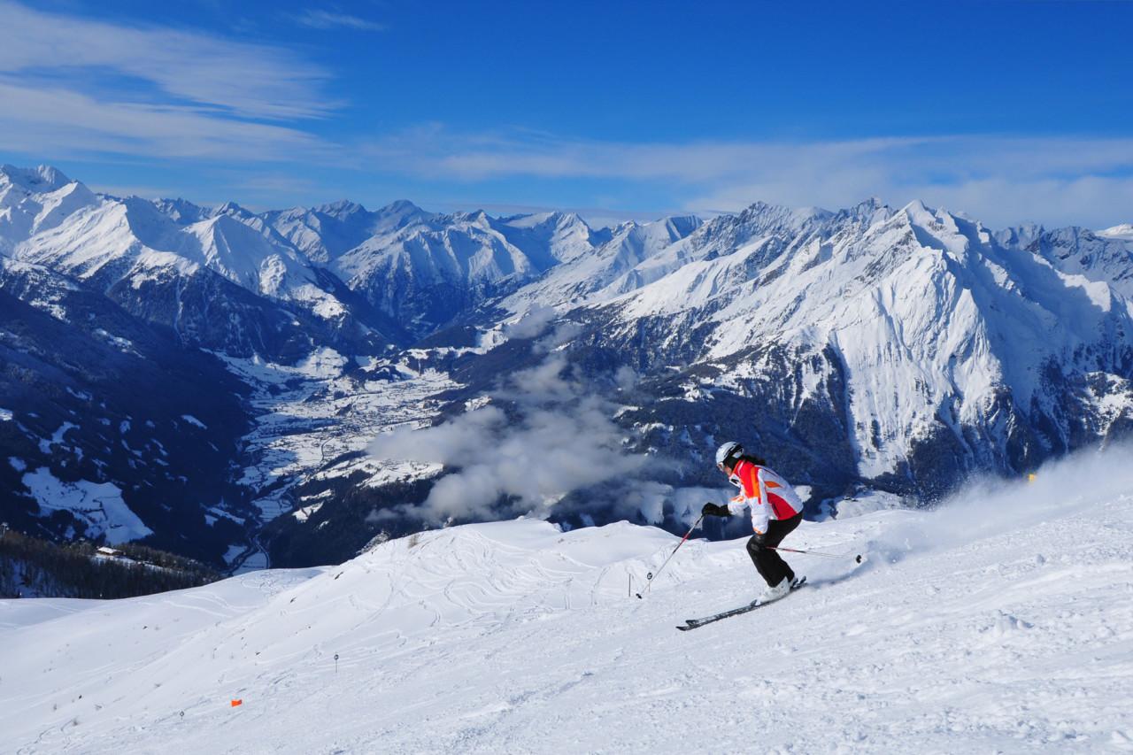 Skifahrerin, Abfahrt,Adler Lounge, Alpengipfel Hohe Tauern, Matrei, Osttirol | Skiing, Adler Lounge, Kals-Matrei, Hohe Tauern, East Tyrol