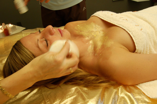 Schweiz: Gold-Gesichtsbehandlung im Spa des Luxushotel der Villa Sassa in Lugano. Facial gold treatment in the luxury hotel Villa Sassa in Lugano
