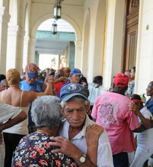Kuba: Ältere Kubaner/innen tanzen auf der Strasse beim Hauptplatz der Stadt Santa Clara.
