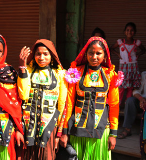Indien/Gujarat: Frauen, bunte Kostüme, Stoffe, Mode, Tradition, Textilien | Women wearing colourfull dresses, costumes, Gujarat,
