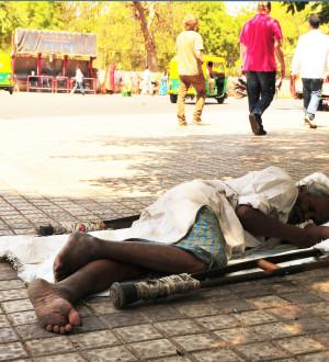 Indien: Elend, Armut; Ahmedabad; obdachlos; Behindert; Krüppel; Krankheit | Poor handicaped old man, street, Ahmedabad, Gujarat