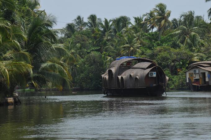 Indien: Fluss-Schiffsfahrt, tropische Landschaft, Alleppy, Kerala | Relaxing Backwater Cruise, Kerala, Soma House Boats.