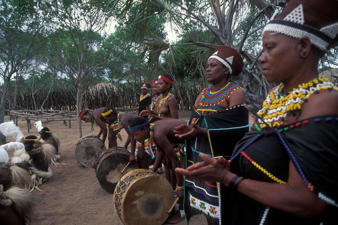 Südafrika: Zulu Women Dancing
