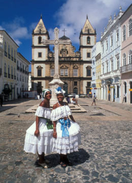 Brasilien: Zwei Brasilianerinnen in traditionellen Kostümen im Weltkulturerbe Pelourinho. Two brazilian ladies in the world heritage Pelourinho in the old city of Salvador de Bahia.