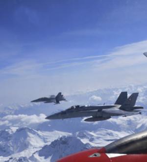 F/A18 Kampfjets der Schweizer Luftwaffe eskortieren ein Passagierflugzeug 471