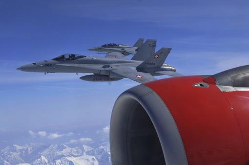 F/A18 Kampfjets der Schweizer Luftwaffe eskortieren ein Passagierflugzeug