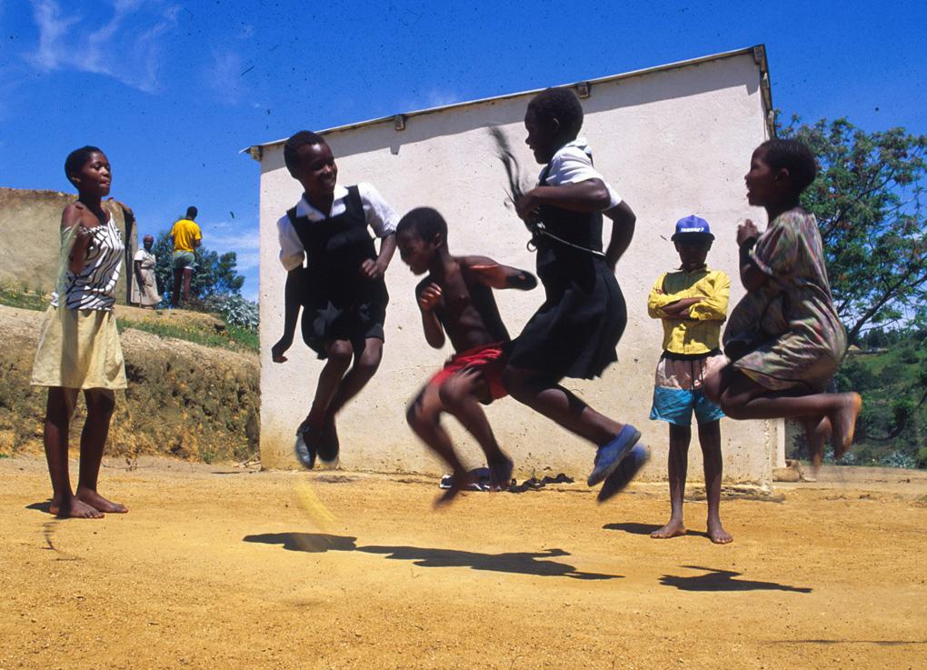 Südafrika: Flüchtlingskinder spielenSpringseil