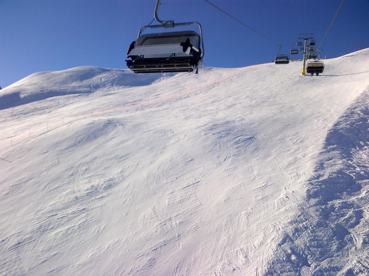 Wintersport: Menschenleere Piste auf der Corviglia ob St. Moritz  im Oberengadin