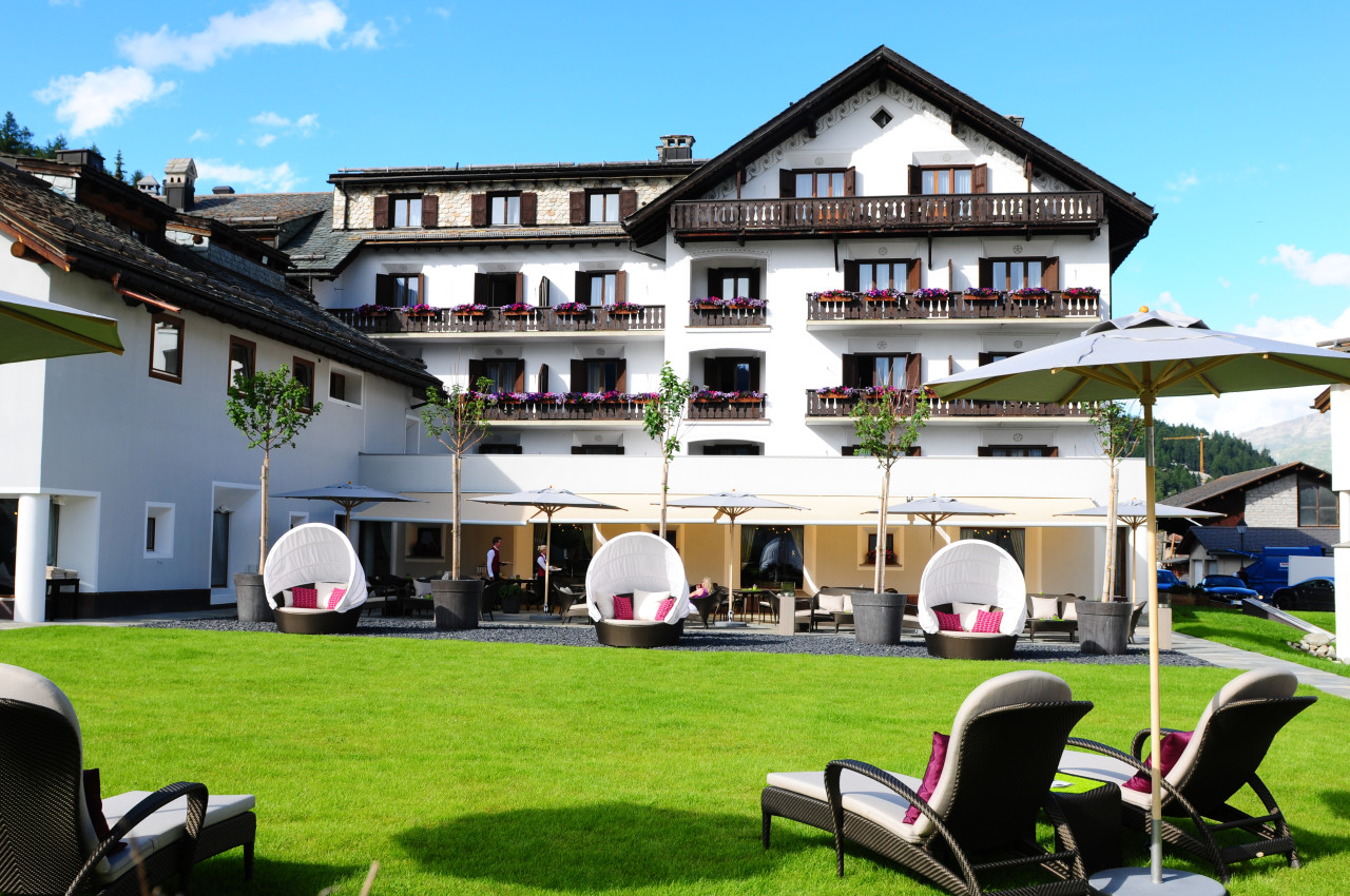 Die Korb- und Liegestühle im Garten des Giardino Mountain Hotel in Champfèr bei St. Moritz laden zum Entspannen ein. The Giardino Mountain Hotel garden chairs are offering reling moments