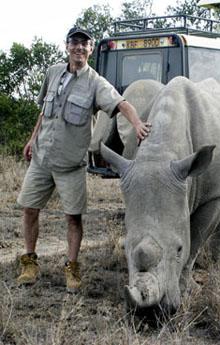 Fotojournalist und Umweltaktivist Gerd Müller kennt keine Berührungsängste - auch wenn es sich um ein Rhinozeros handelt